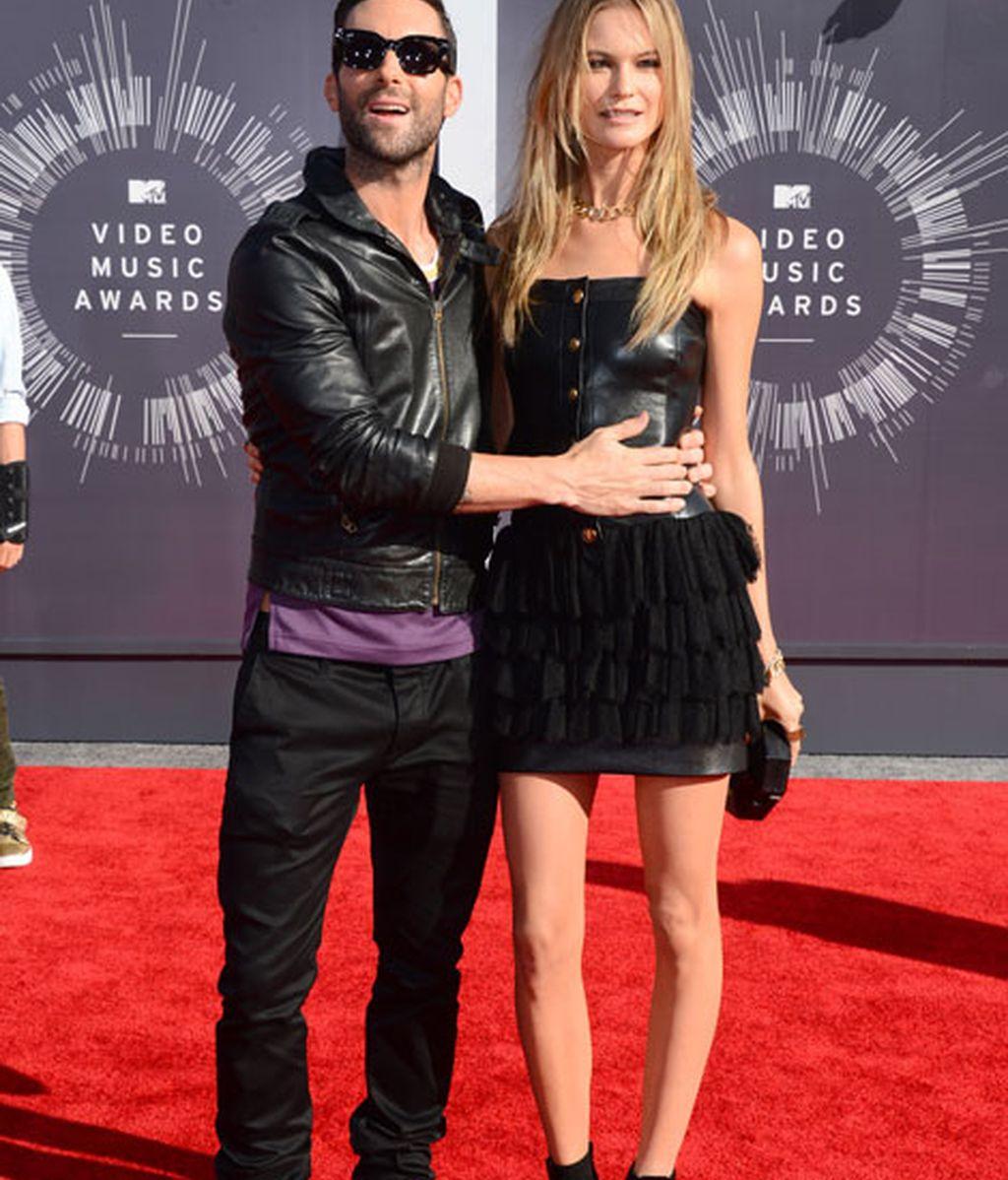 Adam Levine acudió con su mujer