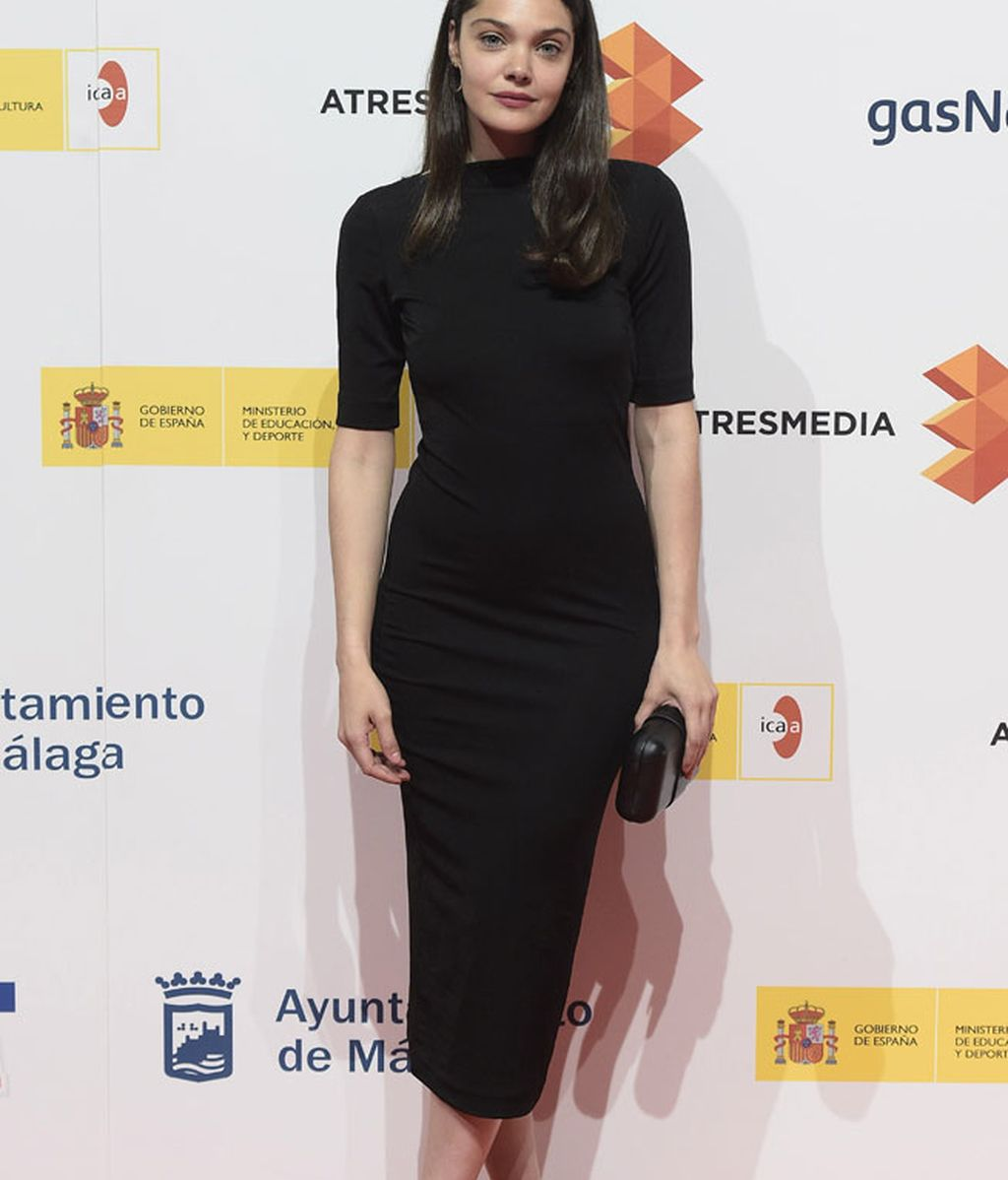 La actriz Ana Rujas, con vestido y clutch negro