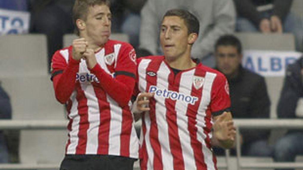 Oscar de Marcos e Iker Muniaín celebran el gol ante el Oviedo. FOTO: EFE