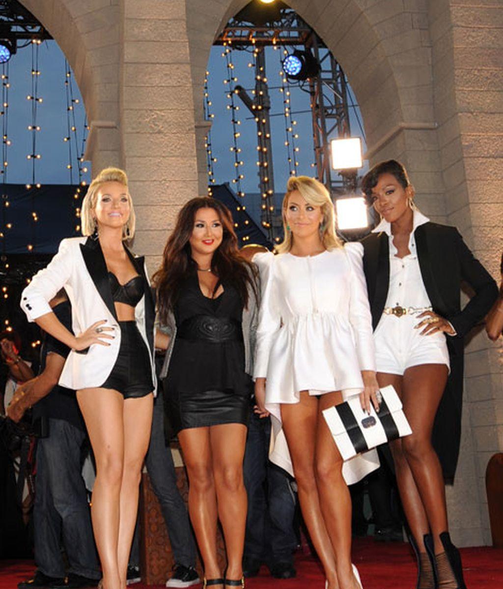 El grupo Danity Kane, todas de blanco y negro