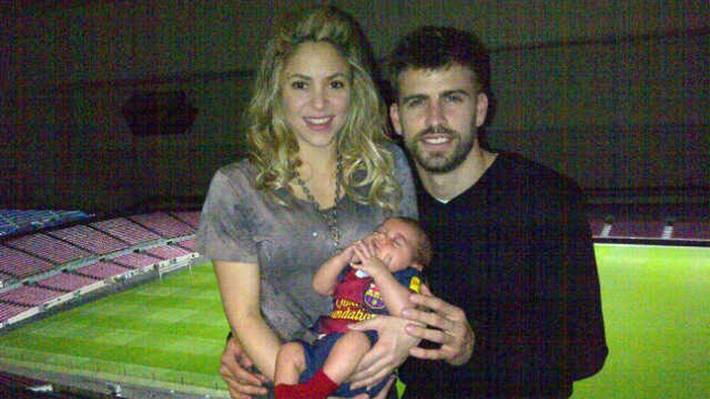 Piqué se fotografía en el Camp Nou con su familia