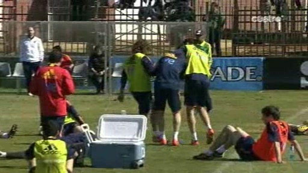 Las 'patadas' de Piqué y Cesc simbolizan el 'buen rollo de La Roja'