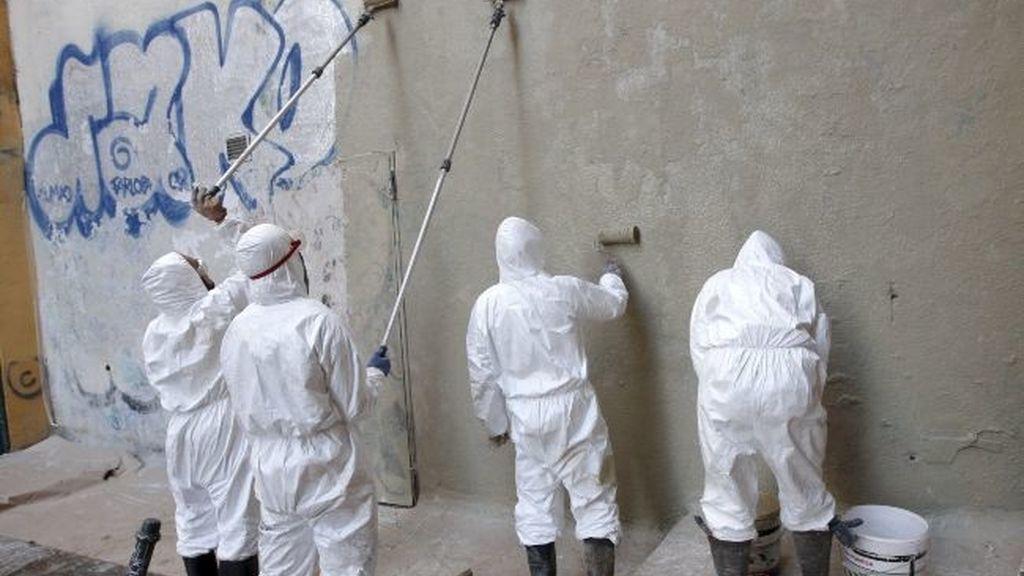 Grafiteros, 'condenados' a limpiar las pintadas de Madrid