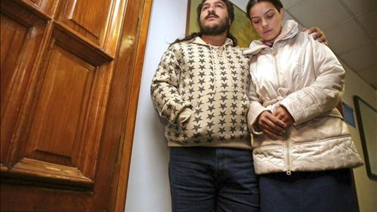 Luis Montoya y Margarita Gabarres, padres del menor orensano obeso que busca la Policía para su ingreso en un centro tutelado por la Xunta, antes de declarar esta mañana en el Juzgado de Instrucción número 2 de Orense a requerimiento de la Fiscalía, para que expliquen la situación de absentismo escolar del pequeño. EFE