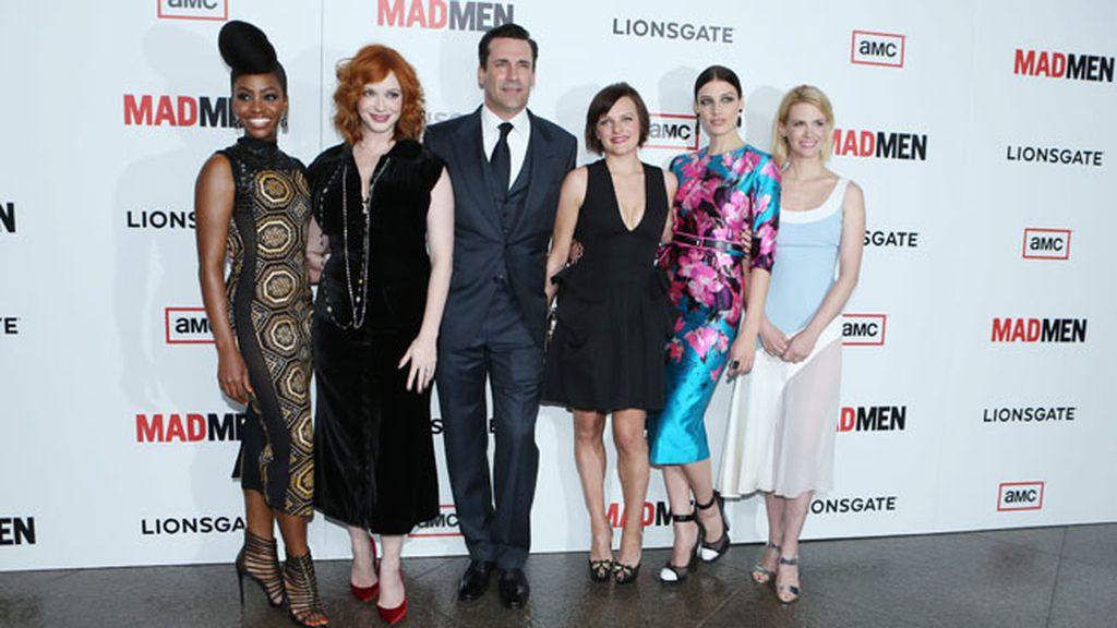 Solo ante el peligro, Jon Hamm rodeado de las actrices de la serie