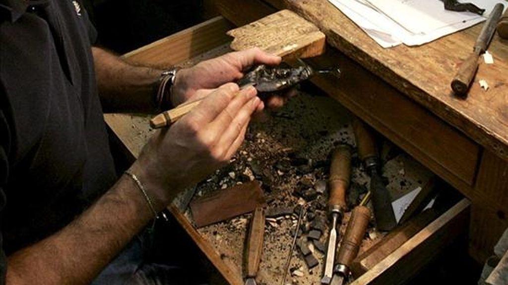 Imagen de un artesano del azabache. EFE/Archivo