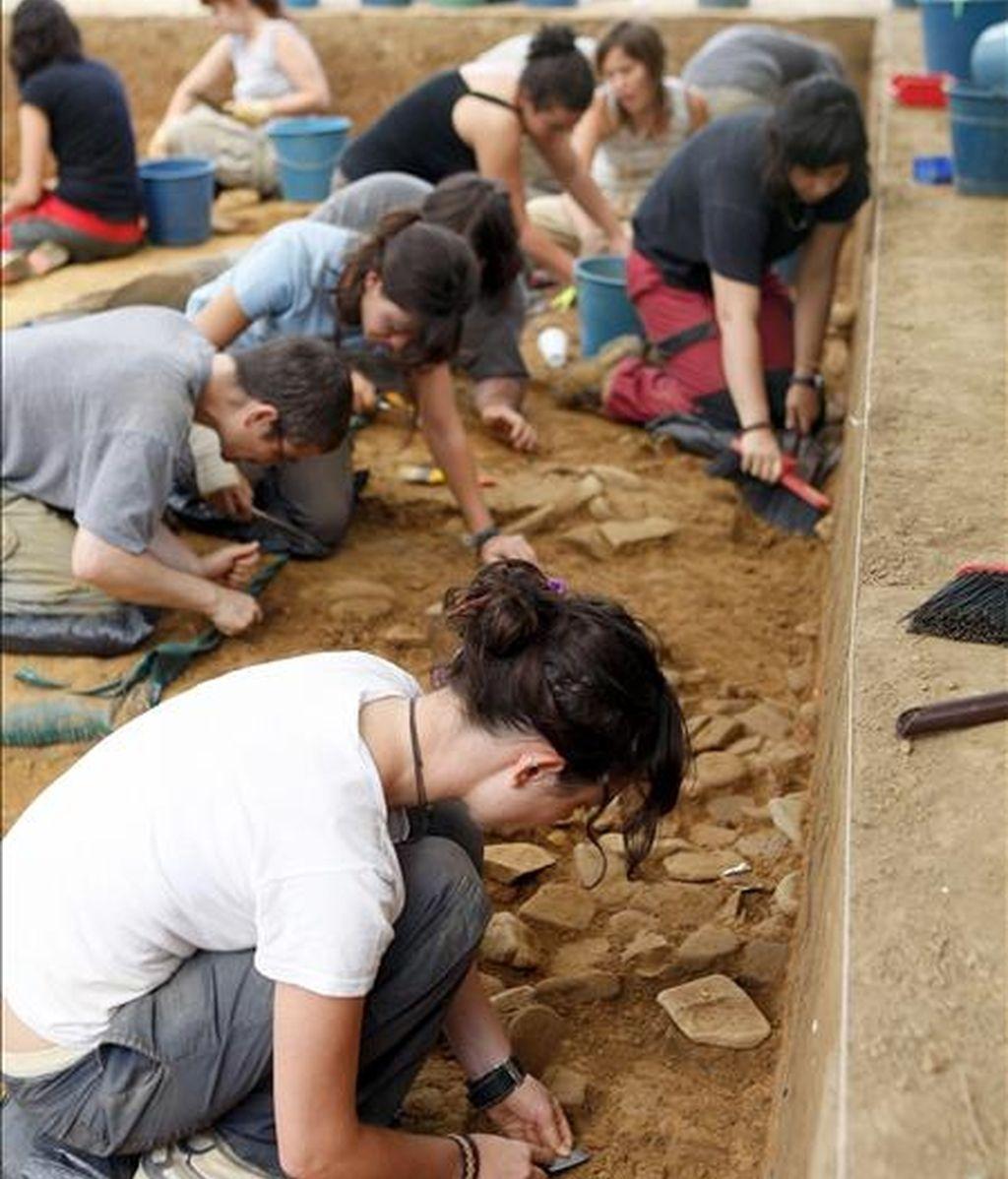 Varias personas trabajan en el yacimiento de Irikaitz, situado en el municipio guipuzcoano de Zestoa, donde ha sido hallada una placa de hogar utilizada para hacer fuego hace unos 250.000 años, en el periodo Paleolítico Inferior, un hallazgo que podría arrojar luz sobre la capacidad que el Homo Heidelbergensis tenía para utilizar el fuego. EFE