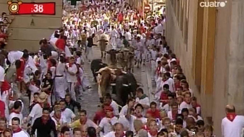 La manada avanzó los primeros metros agrupada, con un toro negro que tomó la delantera y dando velocidad a la carrera