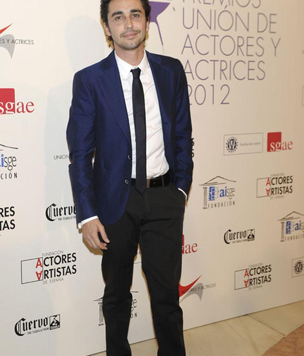 Canco Rodríguez combinó chaqueta azul y pantalones negros