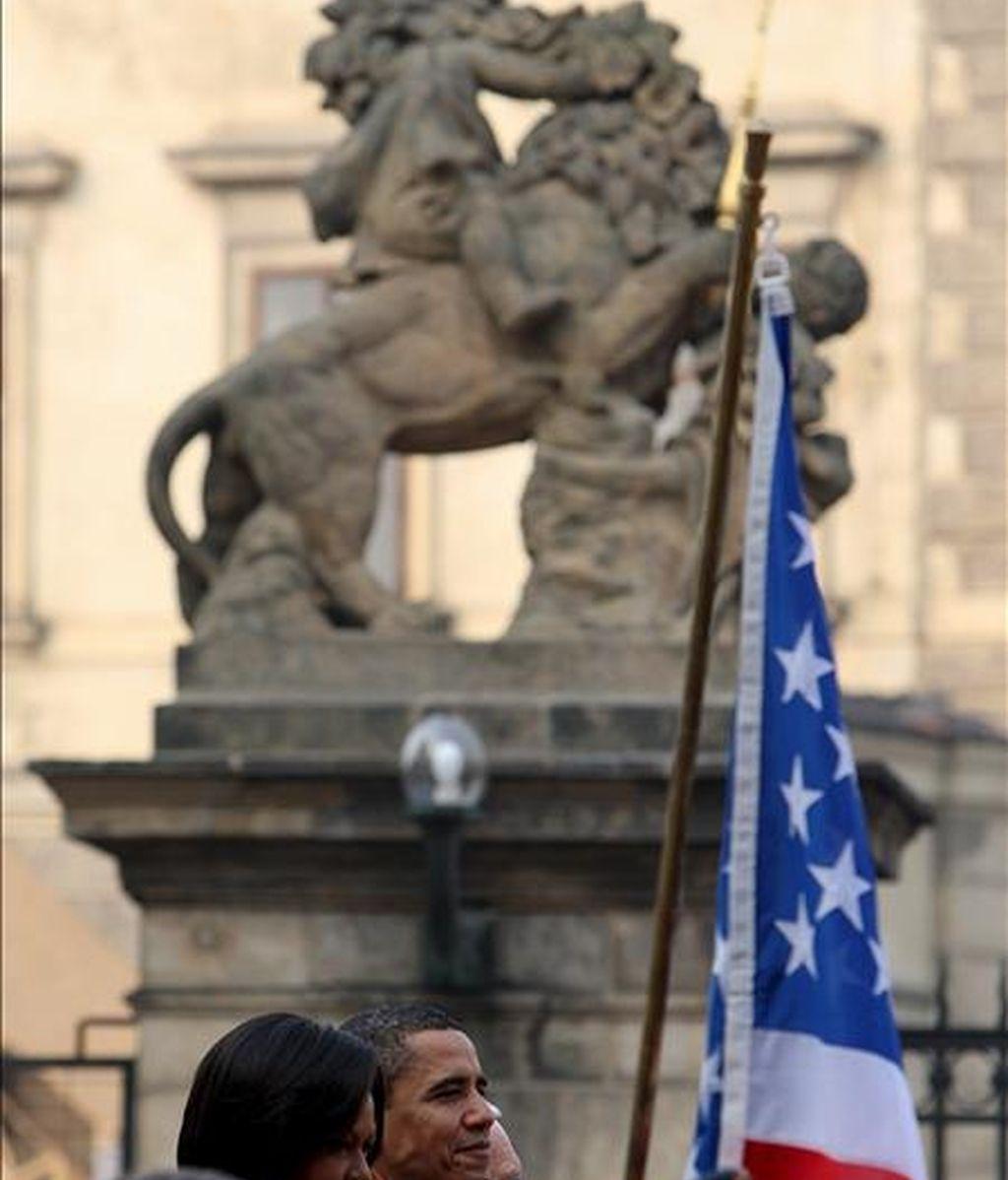 El presidente de Estados Unidos, Barack Obama (centro derecha), y la primera dama estadounidense, Michelle Obama (centro izquierda), asisten a la ceremonia de bienvenida, hoy en el palacio de Praga. EFE