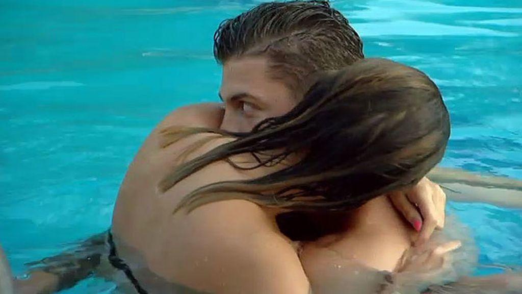 Celosas, las chicas intentan acabar con el momento de intimidad de Leo y María