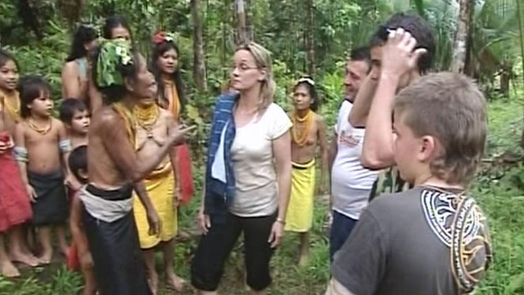 Al llegar a la tribu, la aventura comienza con una ceremonia de recepción