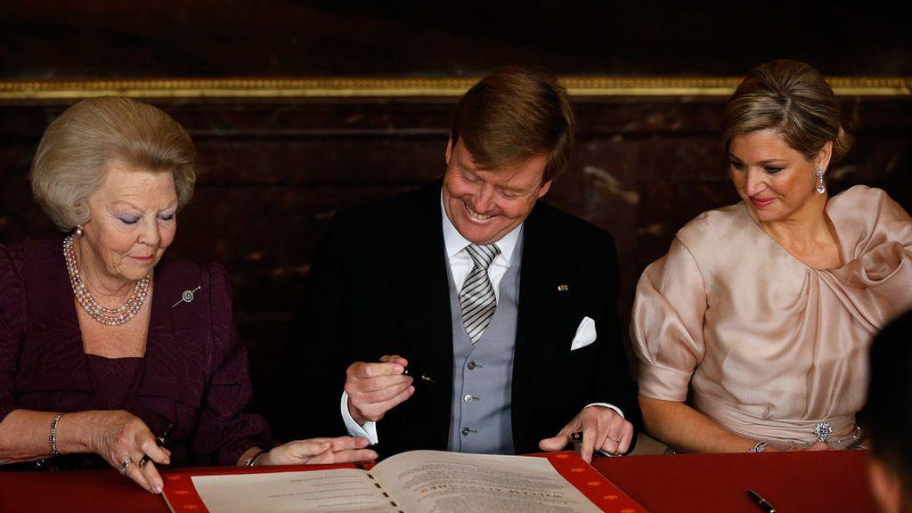 El rey Guillermo Alejandro IV firma el acta de abdicación