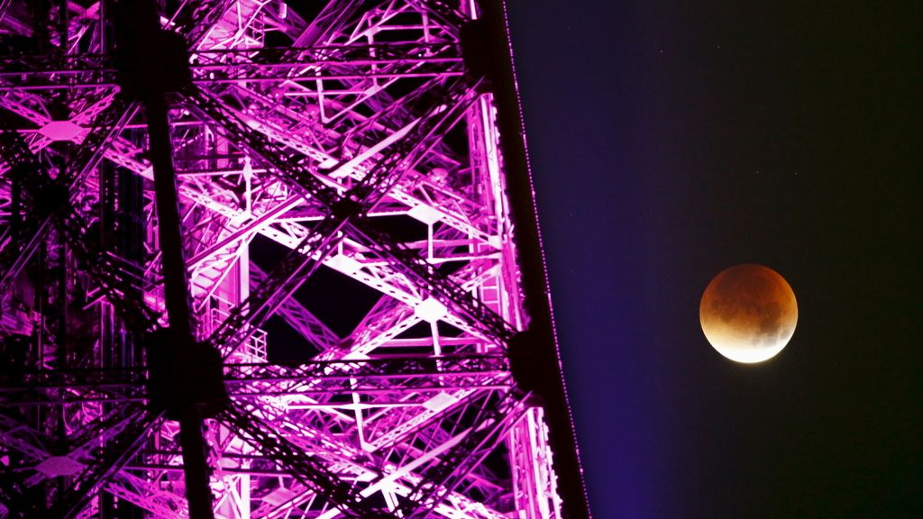 El eclipse lunar visto junto a la Torre Eiffel, París