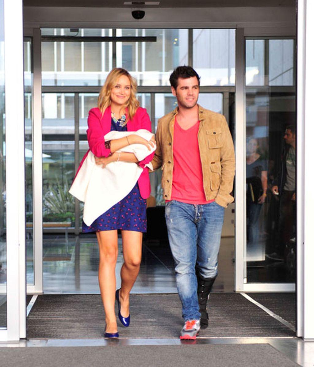 Alba Carrillo y Fonsi Nieto posan con su bebé pero no lo enseñan