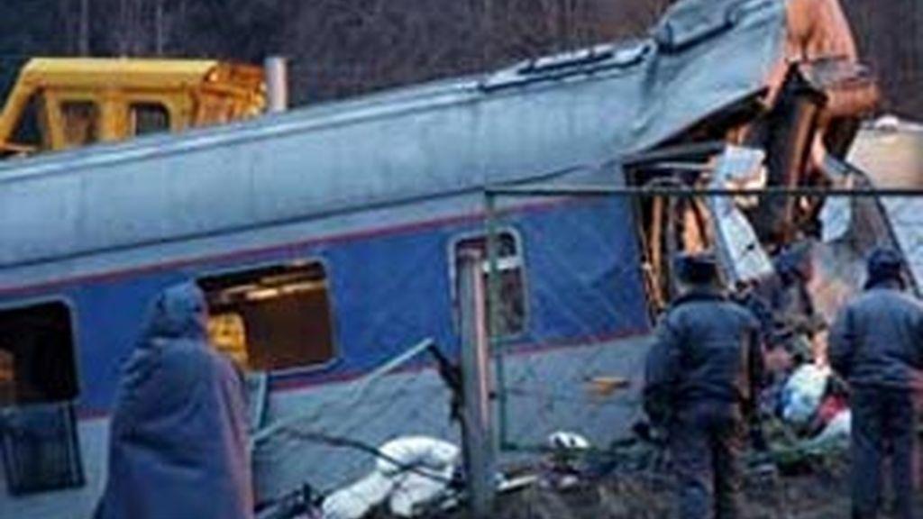 Policías rusos inspeccionan uno de los vagones del tren de pasajeros 'Neveski Express' accidentado ayer en Uglovka, en la región de Novgorod (Rusia).  EFE