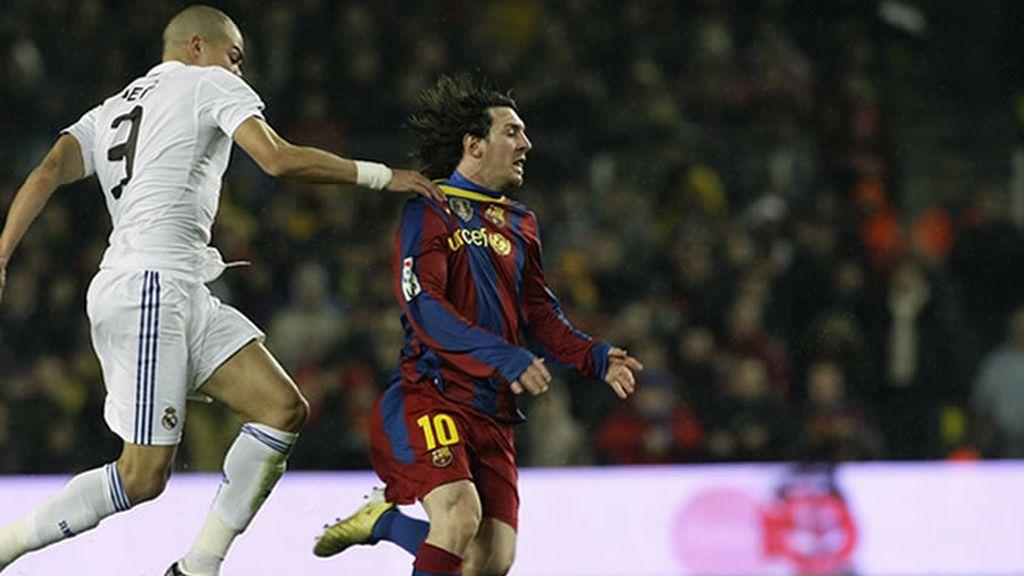 Pepe agarrando a Messi, uno de los pocos recursos que tuvo para pararle