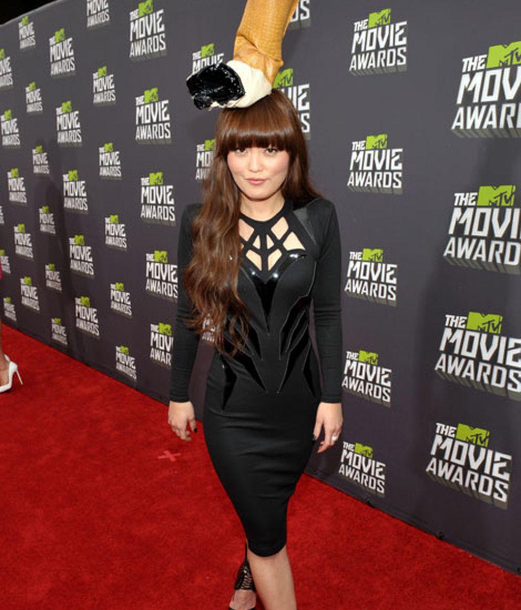 Hana Mae Lee eligió un original sombrero en forma de colilla
