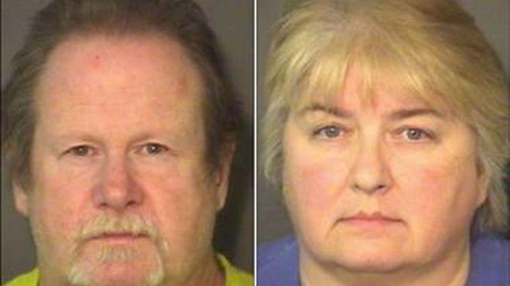 Padres adoptivos detenidos tras esposar a su hijo al porche con un pollo alrededor del cuello