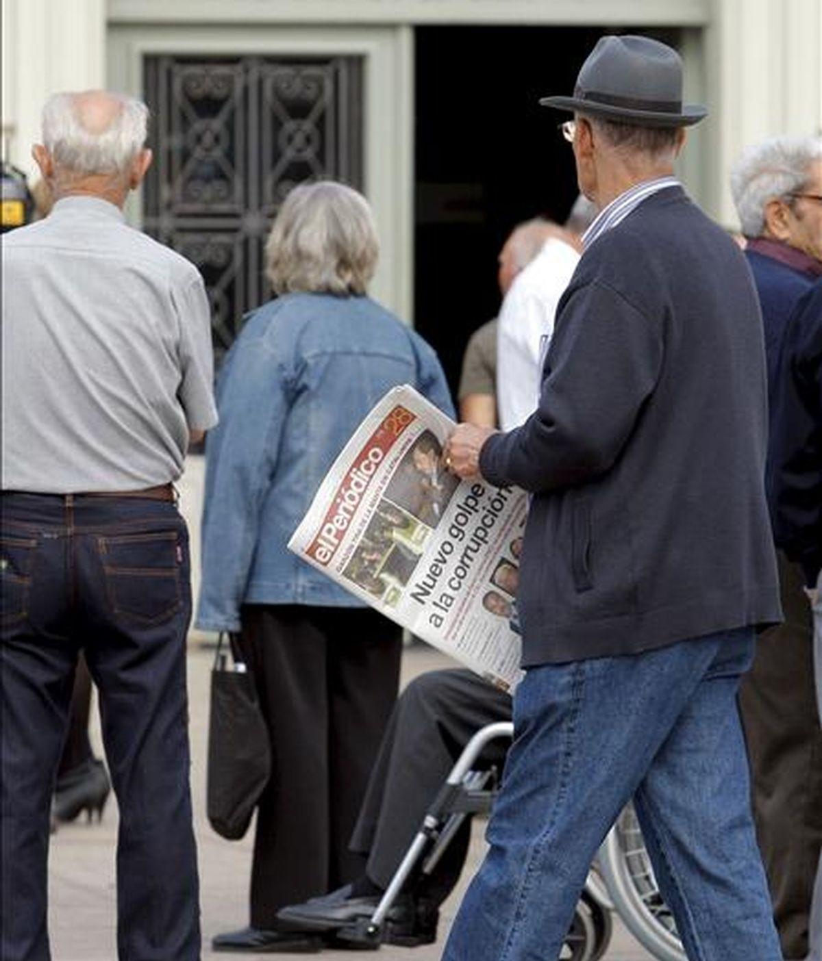Grupos de ciudadanos frente a la fachada del ayuntamiento de Santa Coloma. EFE/Archivo