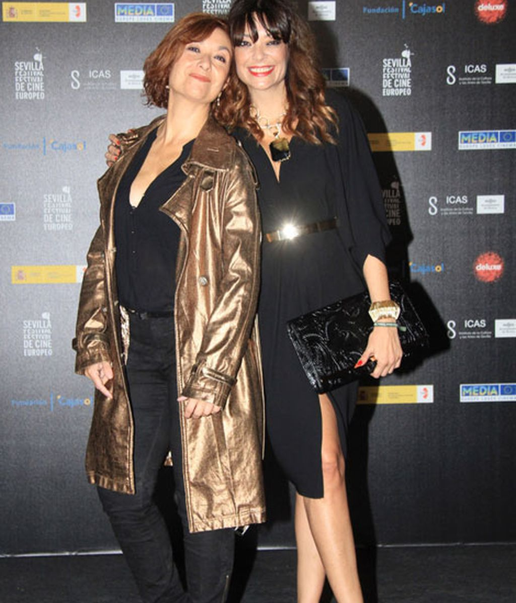 Lucía Hoyos, con vestido negro de abertura asistió con su hermana Mercedes