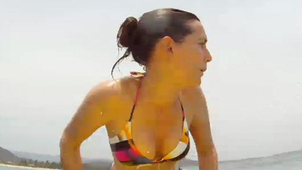 Adela Úcar en tabla de surf