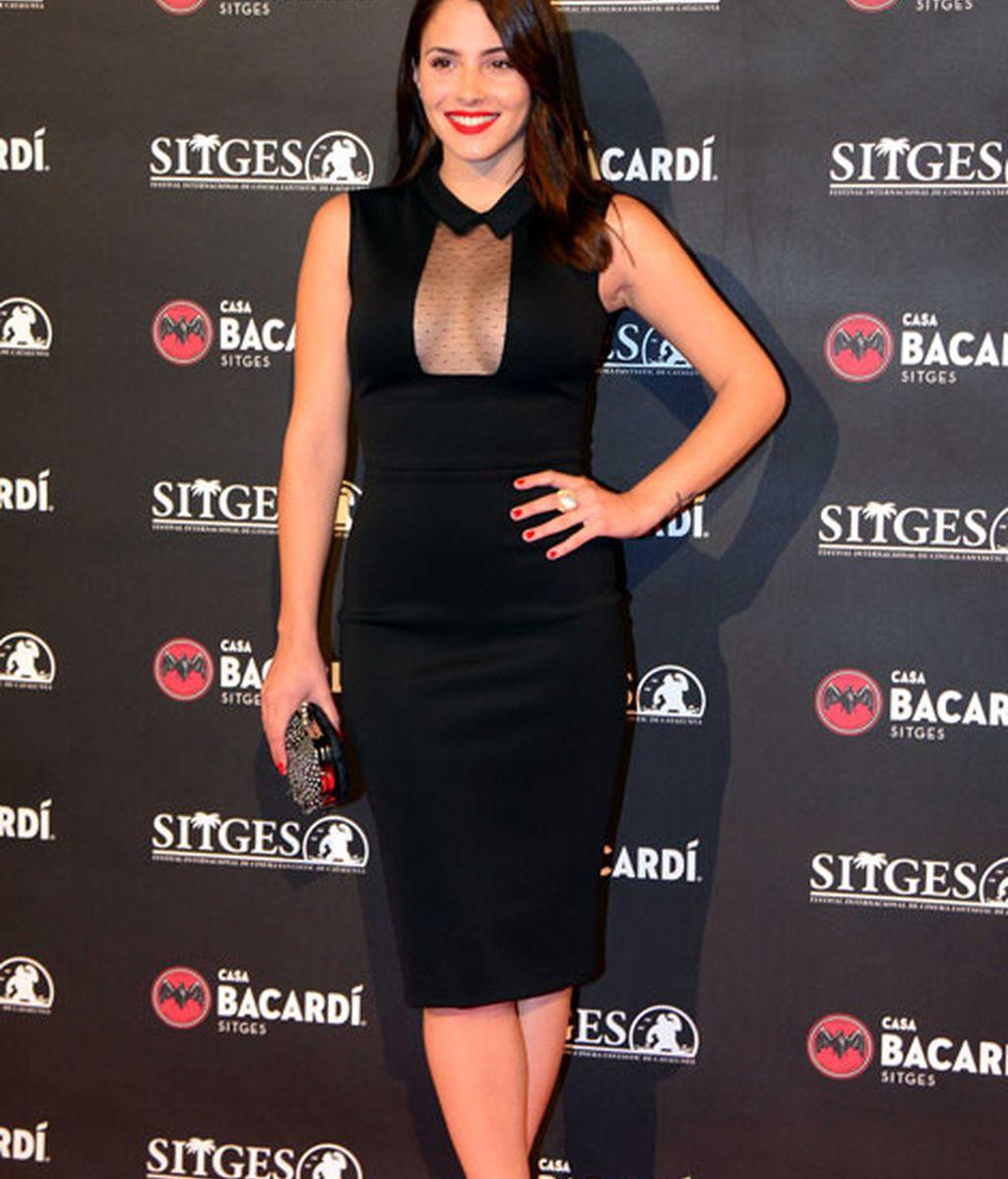 Andrea Duro escogió un vestido negro de sugerente escote
