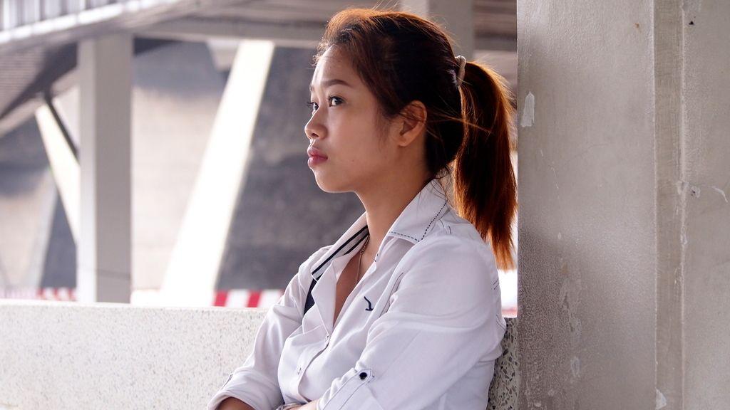 Estudiante a la espera en el río Chao Phraya