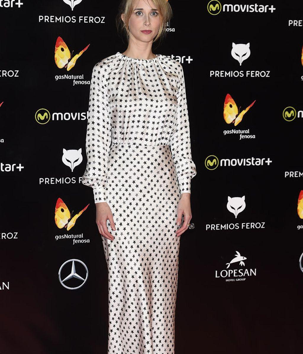 Ingrid García Jonsson de blanco estrellado en negro