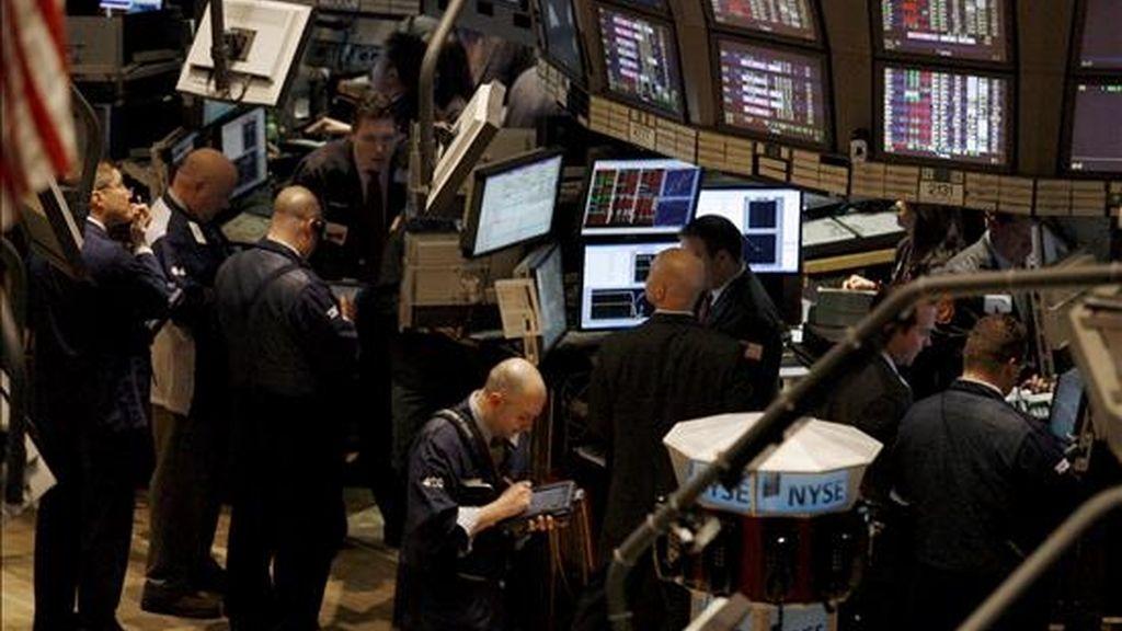 El índice Dow Jones de Industriales, el más importante de la Bolsa de Nueva York, sufrió una baja del 0,4% y acabó en los 8.438,39 puntos, en una sesión en la predominó el ánimo ahorrador de los inversionistas. EFE/Archivo