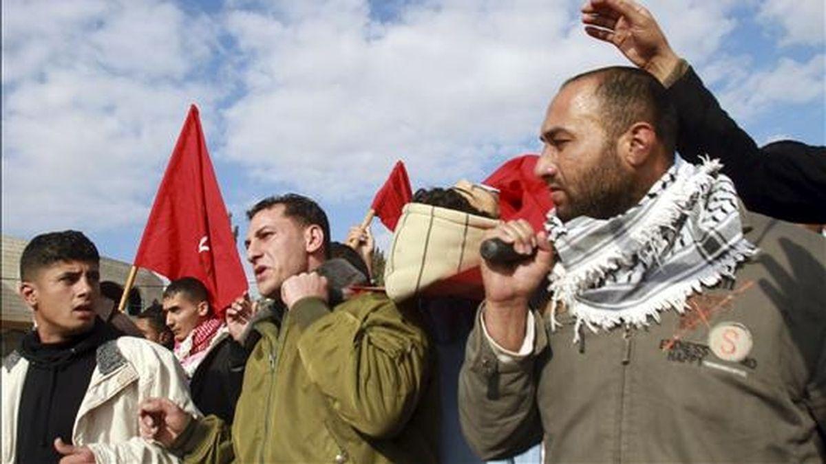 Palestinos llevan hoy el cuerpo sin vida del joven Ahmad Daragma, de 21 años, durante su funeral en Tubas, cerca de Jenin (Cisjordania). Daragma murió a manos de soldados israelíes que le dispararon en un punto de control al este de Naplusa. EFE