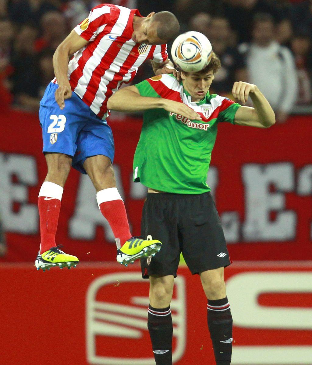 Miranda y Llorente disputan un balón