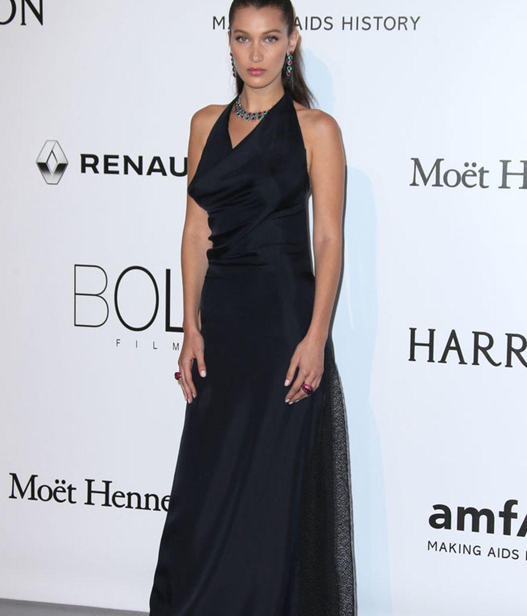 Bella Hadid vestida de negro por Dior