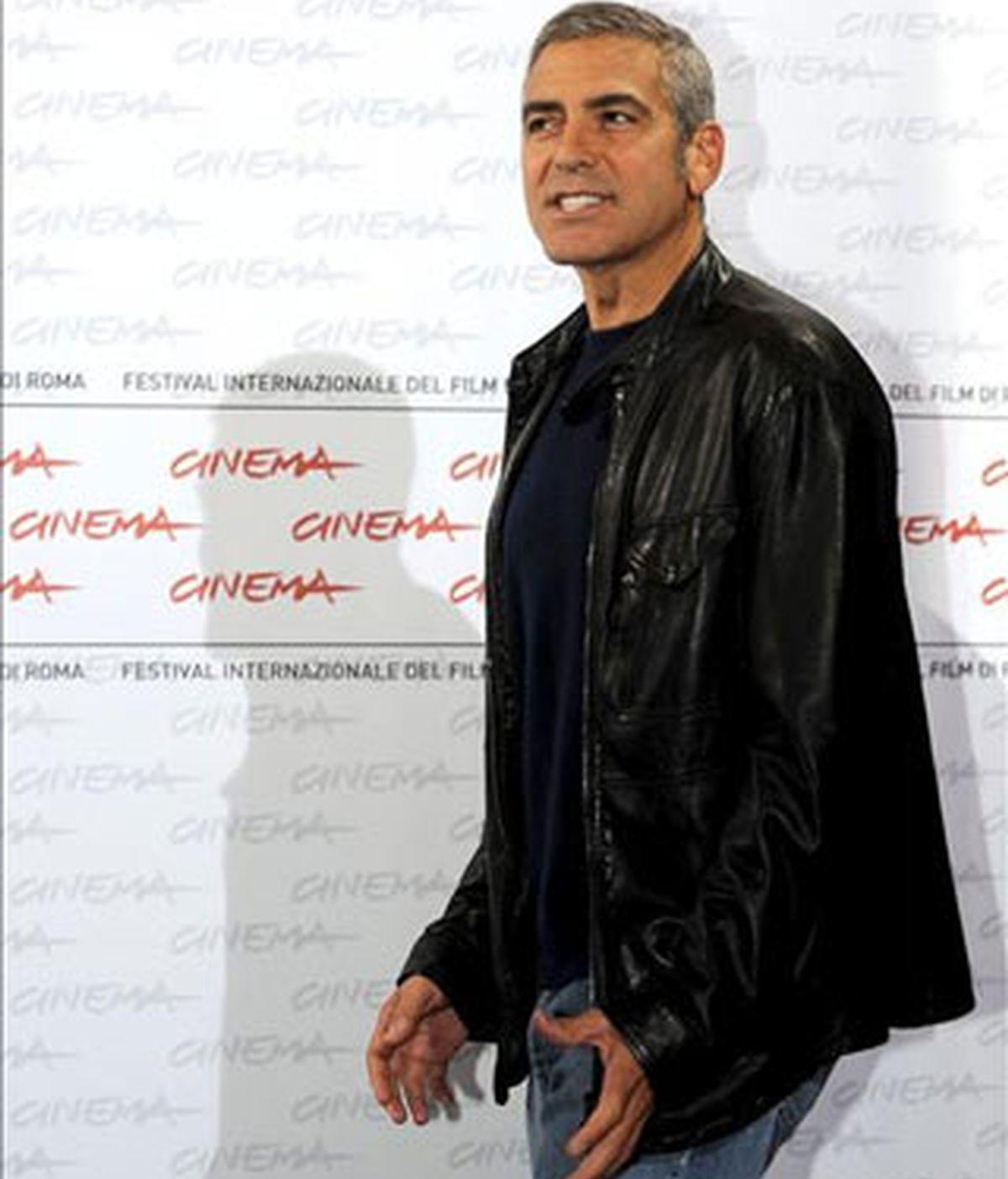 El actor estadounidense George Clooney posa durante el pase gráfico de la película 'Up in the Air', del cineasta canadiense Jason Reitman, que se presenta en la competición oficial del Festival Internacional de Cine de Roma (Italia), el 17 de octubre de 2009. El festival tiene lugar hasta el próximo 23 de octubre. EFE