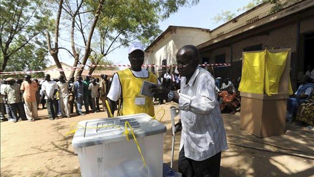 Imagen cedida por la Misión de las Naciones Unidas en Sudán (UNMIS) de un hombre votando en el referéndum de autodeterminación de la región autónoma del Sur de Sudán, en un colegio de Juba, el 9 de enero de 2011. EFE