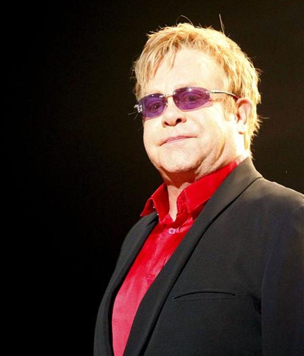 El cantante británico Elton John durante el único concierto de su gira mundial ofrecido en España, en el que está acompañado por el percusionista Ray Cooper, con quien repasa los éxitos de su larga carrera, esta noche en el Palacio de los Deportes de Madrid. EFE