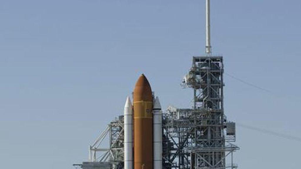 El transbordador Endeavour permanece en la plataforma 39-A del Centro Espacial Kennedy de Cabo Cañaveral, EE.UU.