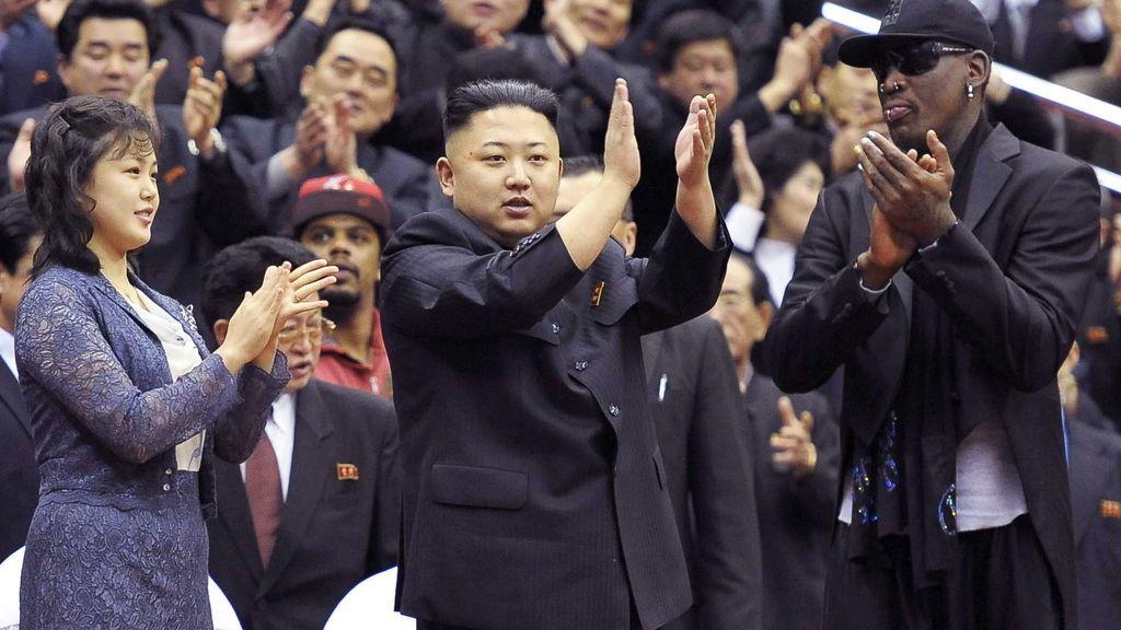 El líder norcoreano disfruta con los Globetrotters junto a Dennis Rodman