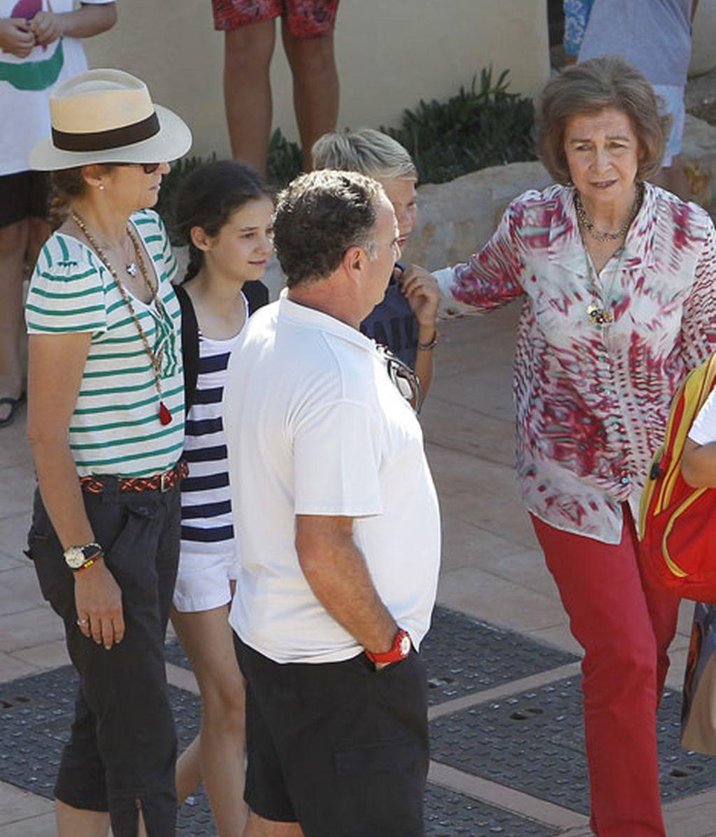 La Reina y la infanta Elena junto a un amigo de la familia