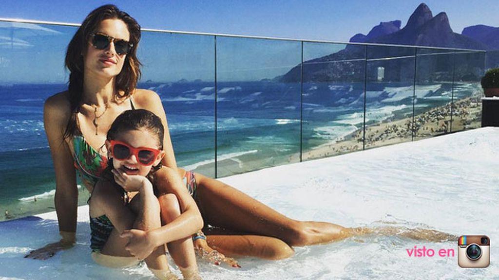 Alesandra Ambrossio disfruta de la 'Infinity Pool' en familia
