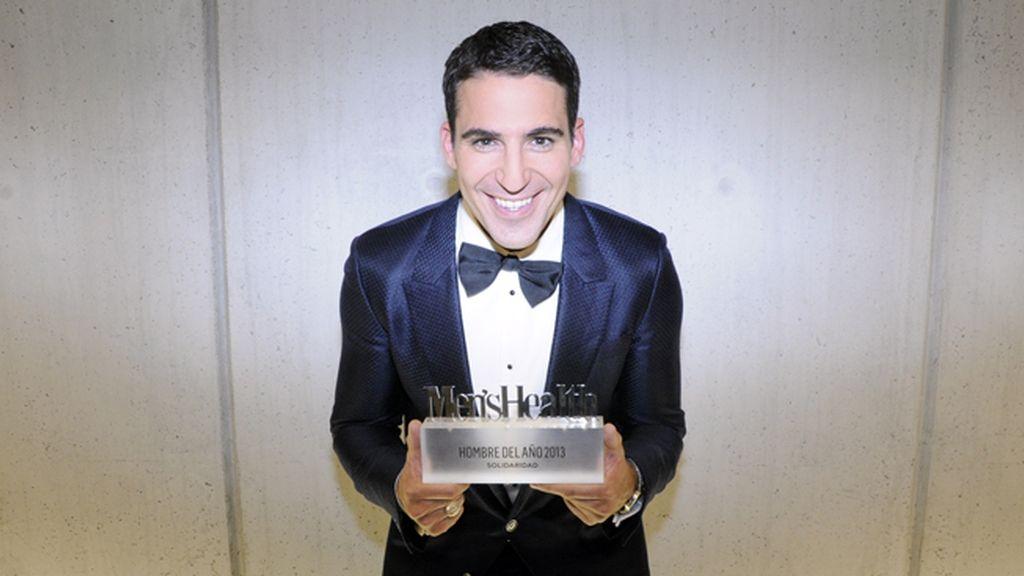Miguel Ángel Silvestre con su premio como hombre solidario del año