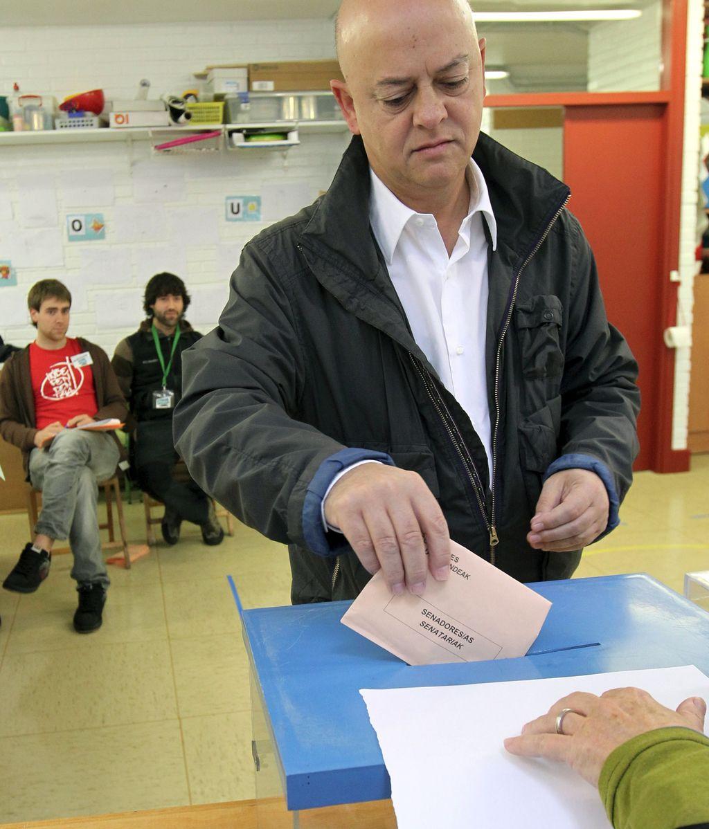 Odón Elorza votando en la capital donostiarra