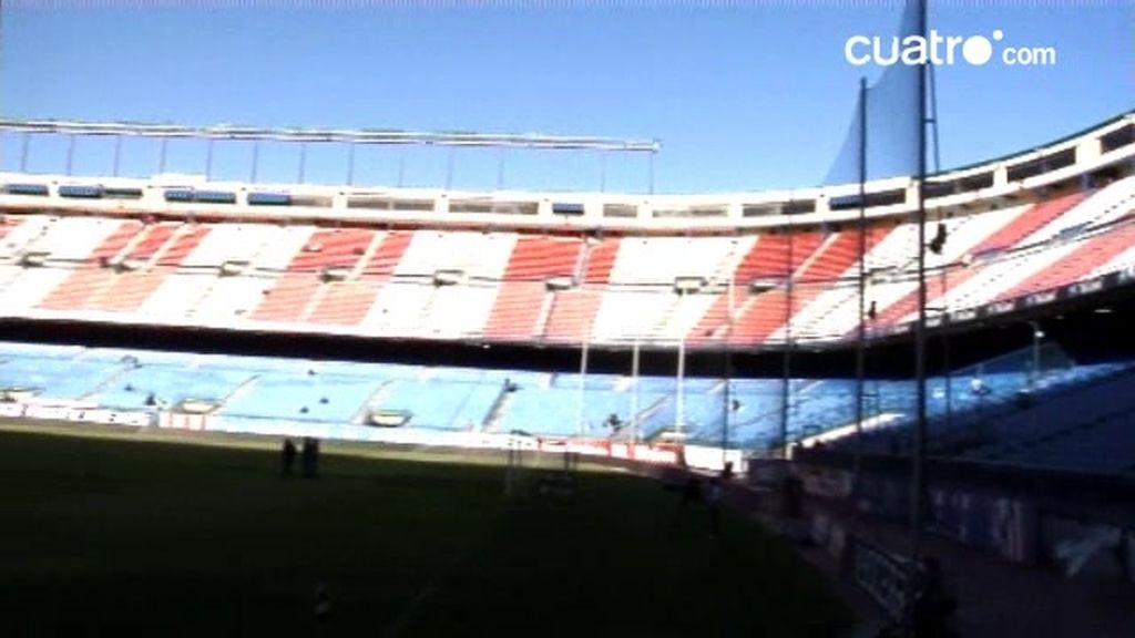 Los jugadores asisten a un partido de liga del At. de Madrid