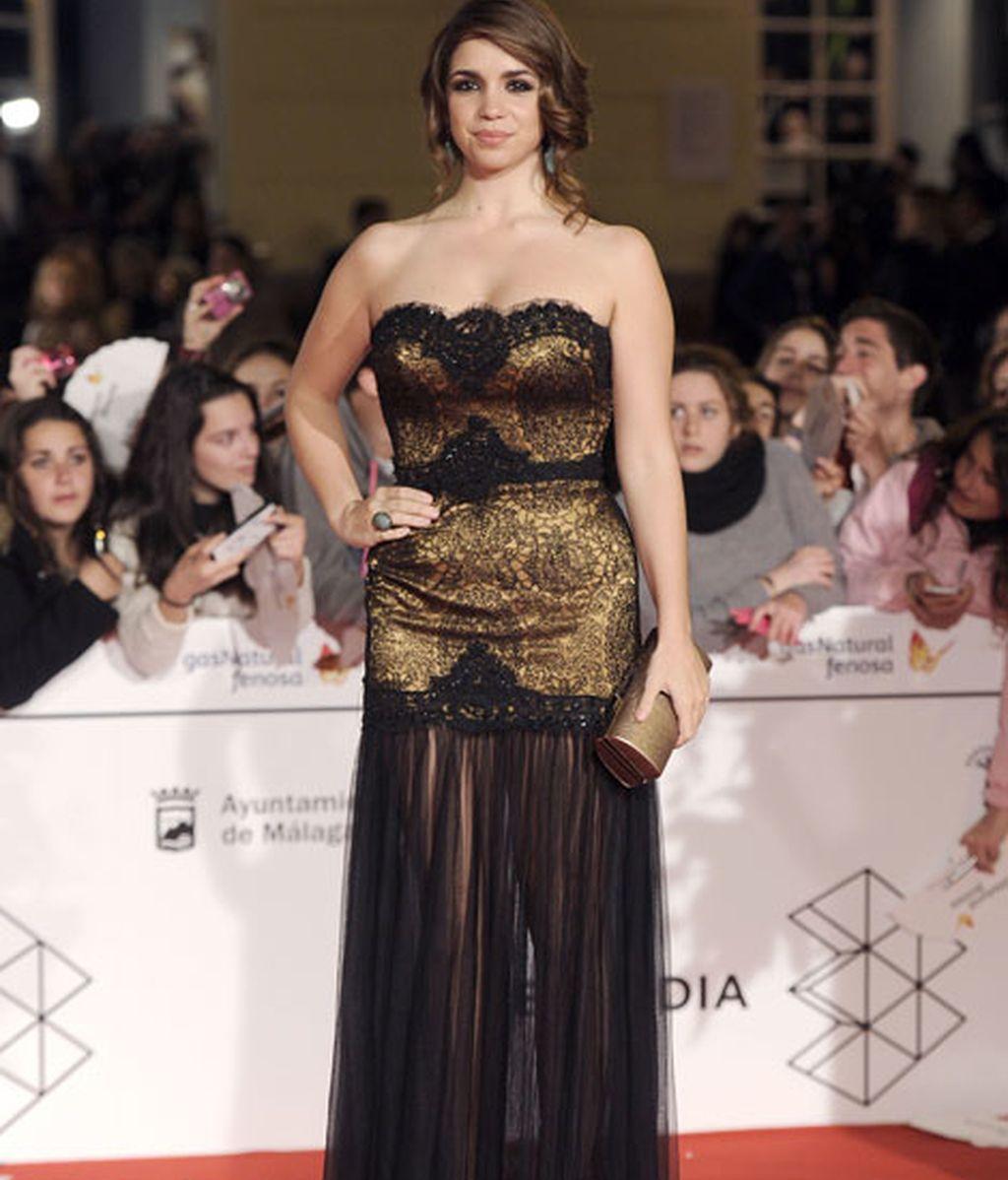 Elena Furiase, con vestido dorado en gasa negra
