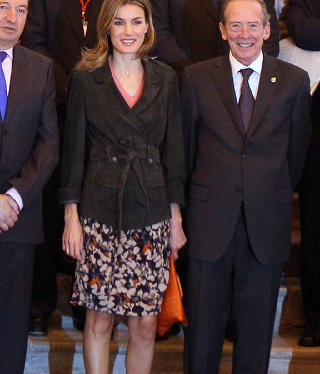 Letizia, con hombreras y fliores
