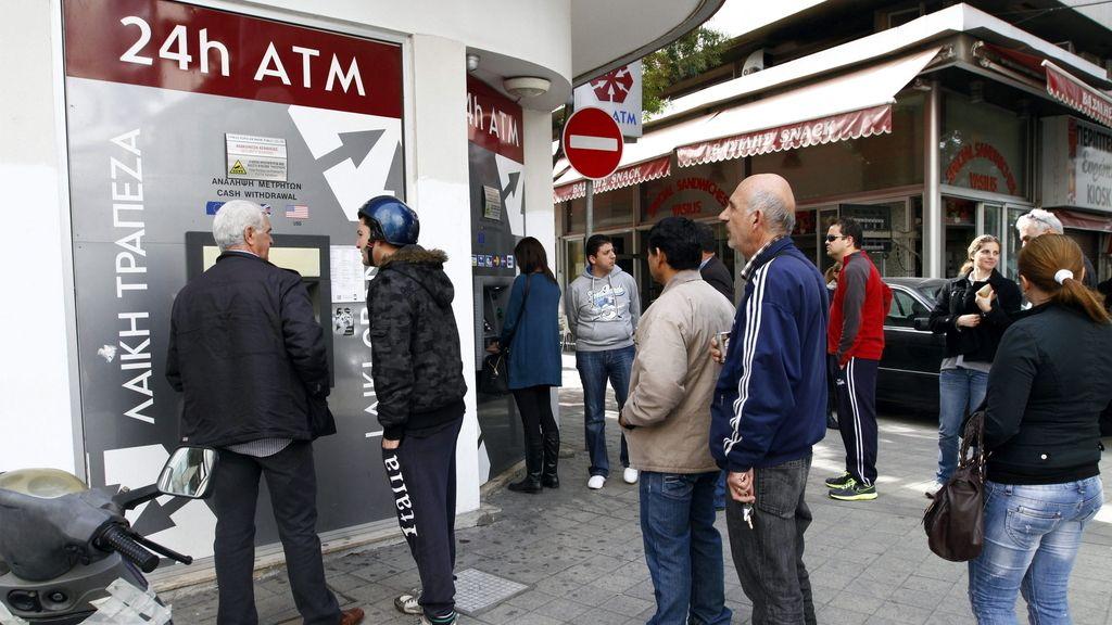 Colas ante los bancos en Chipre