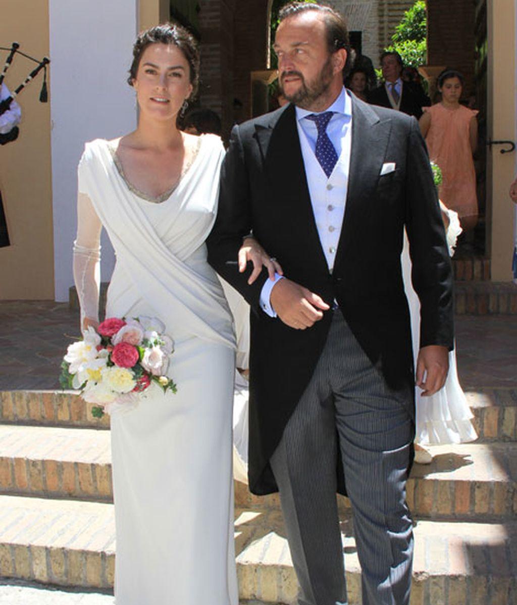 La feliz pareja, radiantes al salir de la iglesia