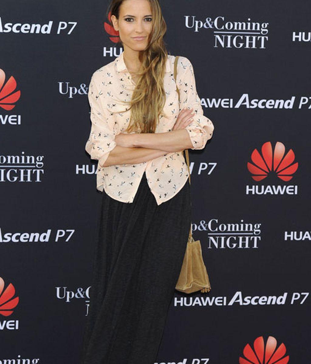 Ana Fernández apostó por un 'look' compuesto por falda larga y camisa
