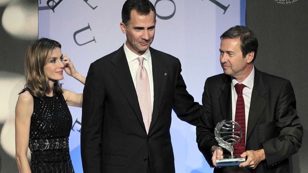 Los Príncipes de Asturias, tras entregar al escritor madrileño Javier Moro, el galardón de ganador de la 60 Edición del Premio Planeta de Novela en Barcelona