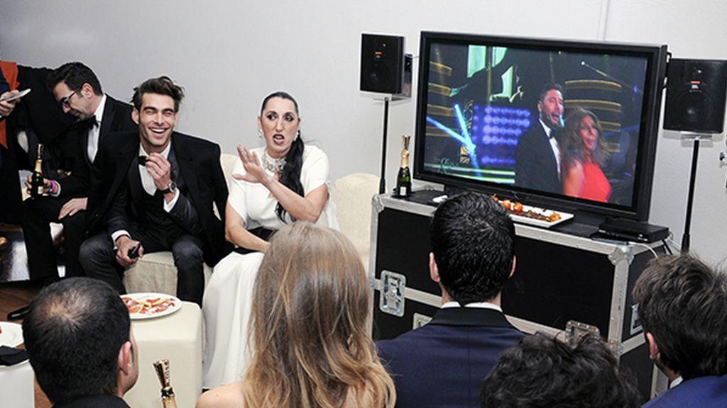 Rossy de Palma comentando la gala en directo en la sala de entregadores de Möet & Chandon
